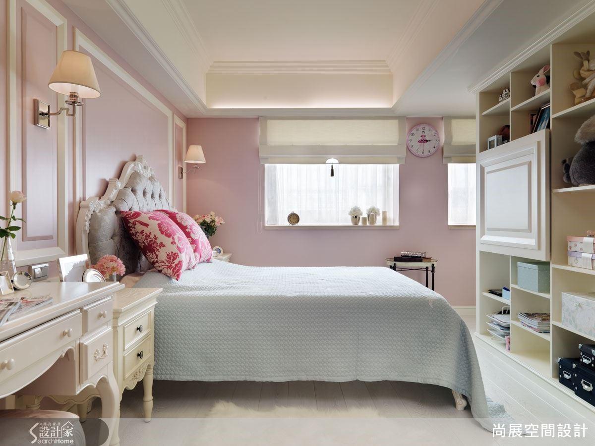 臥室與書房之間以通透的隔間櫃體區隔開來,保有視覺的穿透性質,同時也有展示與收納的實用性。