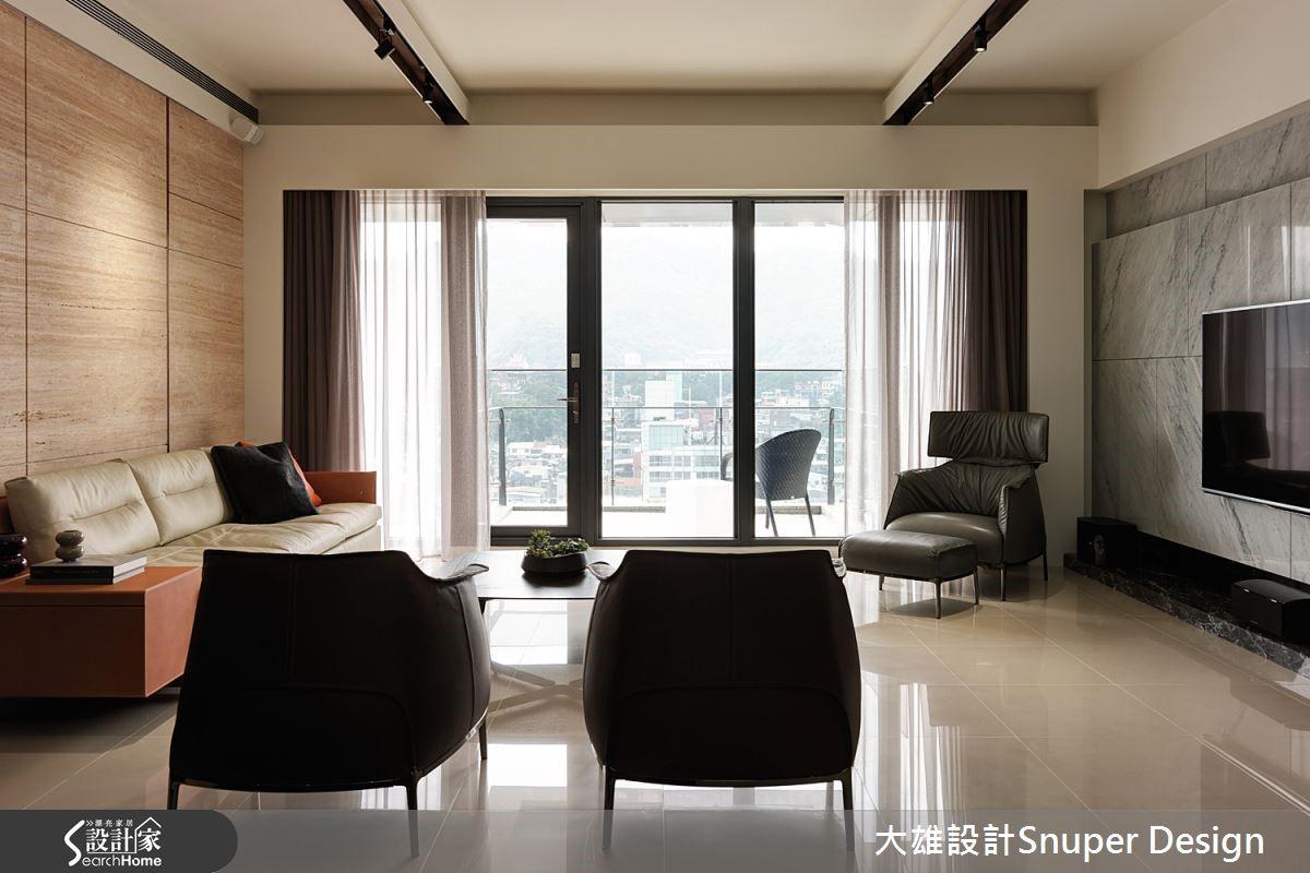 將採光及臨窗區域均保留給客廳空間,同時整合娛樂室和餐廳機能,使退休宅在使用上保留賓客來訪時便於享受的暢快節奏。