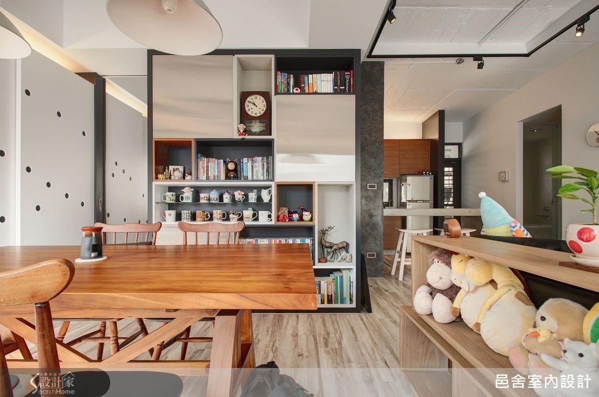 餐廳後方牆面以圓點裝飾外,也搭配一旁擺滿戰利品的展示櫃,展現著屋主活潑繽紛的生活主張。