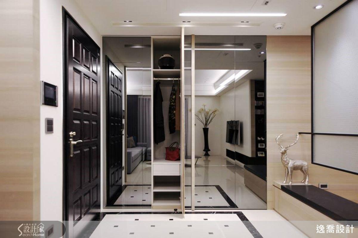 左右推拉的大片鏡面,不僅讓空間感更大更時尚,也能遮蔽鞋子與衣物的收納空間;拉門後方的層板,讓鞋子整齊擺放、俐落大方。