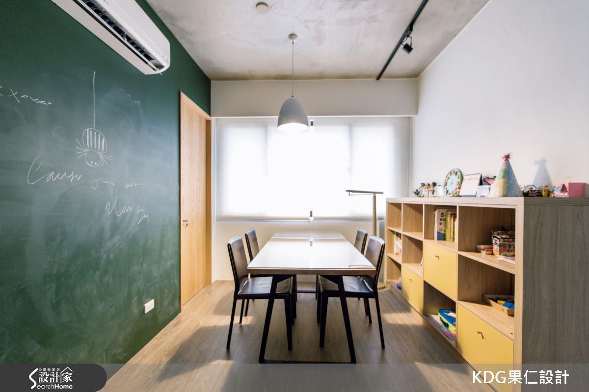 二樓空間,為弟妹和兩個小孩子的專屬區域,讓遊戲室和書房的功能合而為一,除了機能完善的書櫃和書桌的規劃,另外還利用黑板漆和烤漆玻璃,讓小朋友有自由繪畫及遊戲的場域,並利用兒童家具及燈具的妝點,再加上色彩牆面活化空間氛圍。