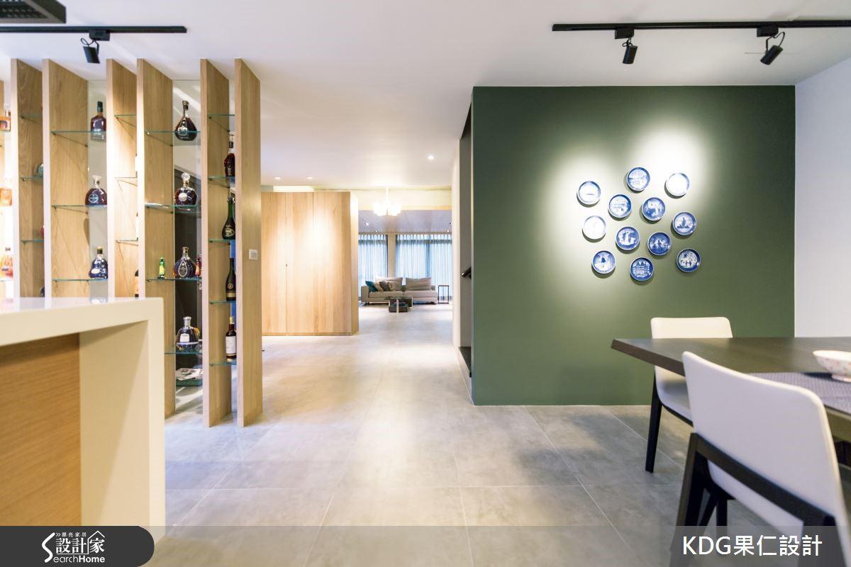 餐廚則以開放式設計手法,讓全家人能一同用餐,共享這個區域,在機能方面,利用烤漆櫃體,沿著牆面設置大量的收納櫃,滿足屋主有大量物品的收納需求。