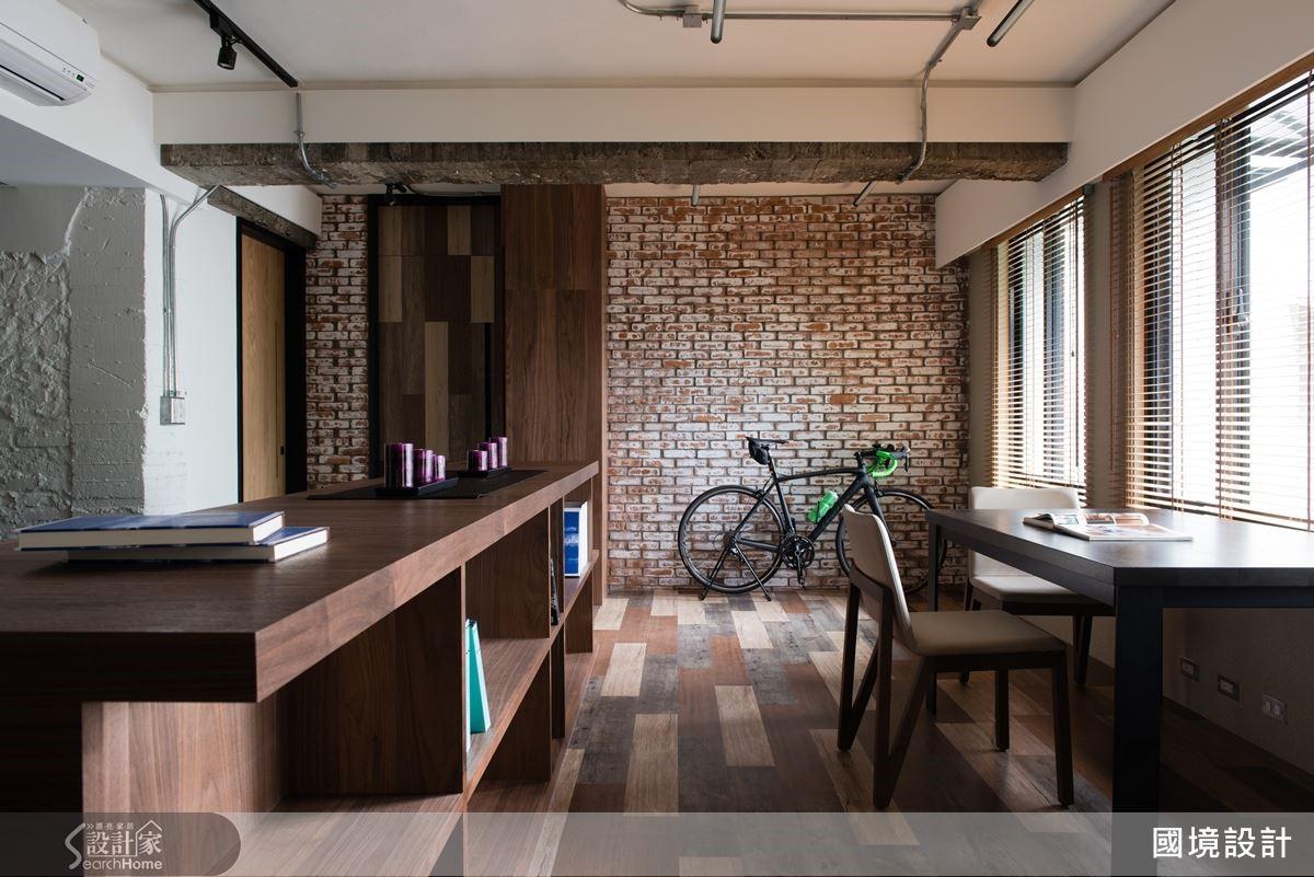 書房是屋主兩人在家停留時間最長的區域,設計師貼心將它規劃在開窗光線最好的一側,推窗可見公寓的綠蔭造景,令夫婦倆能充分享受在家的悠閒時光。書房地坪以三種超耐磨地磚架高、拼貼而成,呈現復古搶眼的獨特個性。