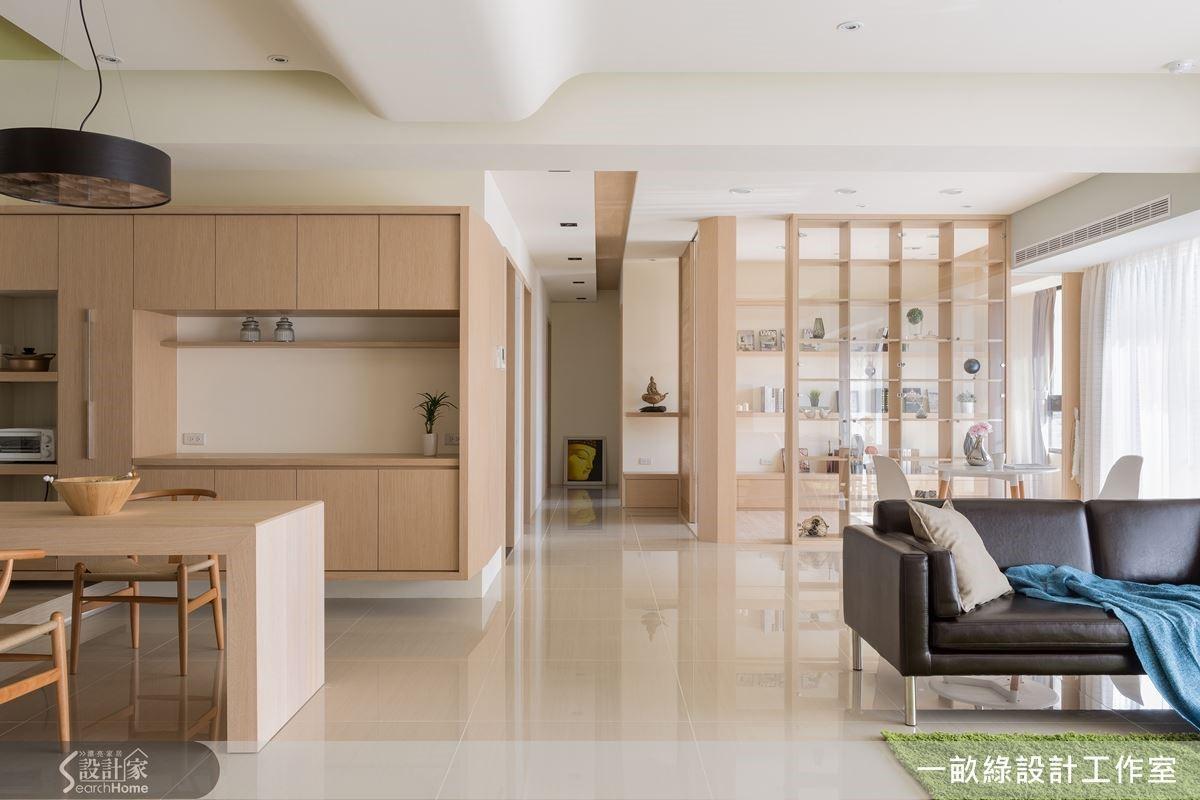 木材質打造全室 42 坪大的空間,公共區域以開放式為設計主軸,而收納櫃設計亦是建築的一部分,不僅功能齊聚也為設計的一環。
