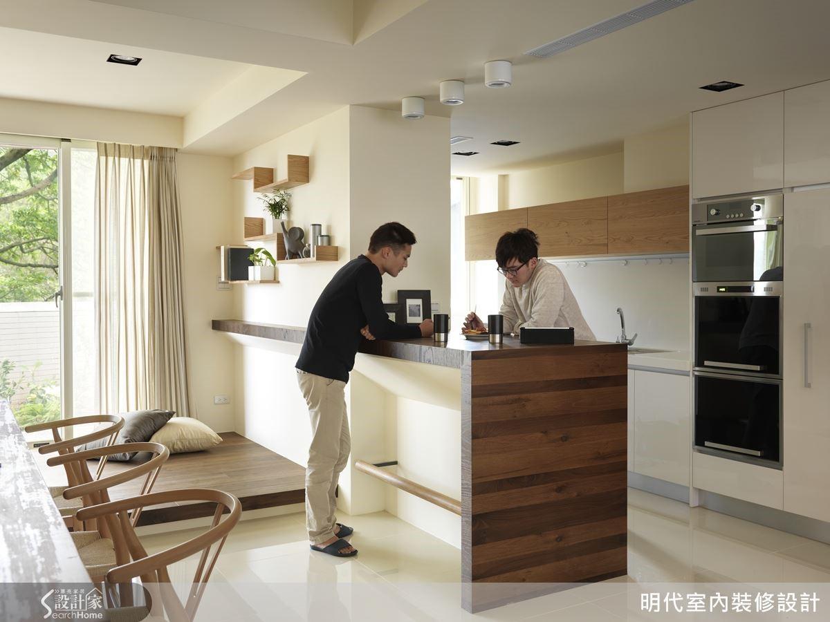 造形簡單的中島隔開餐廚空間,這裡是年輕一代喝咖啡吃輕食的好地方。