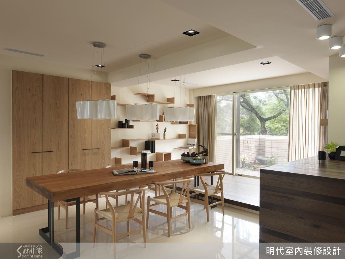 設計師絲毫不辜負美麗的戶外山景,整個餐廚區連接休憩平台,視野開闊區域寬敞,即使有眾多客人來訪,也能有足夠空間好好招待。