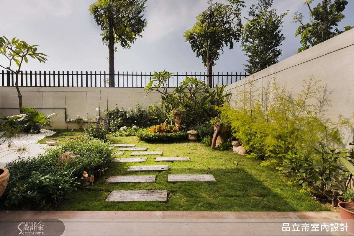 戶外庭院的佈置考量到照顧方便,設計師特別選胡椒木、雞蛋花等較容易栽培的植物,並且由設計師親自栽植,才有豐富的層次。步道採用水泥板鋪設,而不是水泥灌漿,讓土地可以呼吸。
