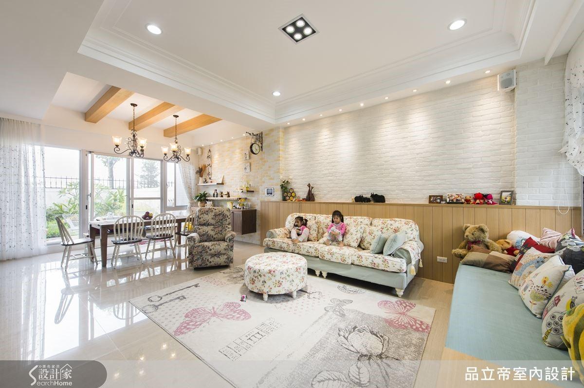 客廳刻意不做天花板,拉長空間景深,與餐廳的格柵天花板有所區隔,但空間互相連結,形成開闊的陽光氛圍。