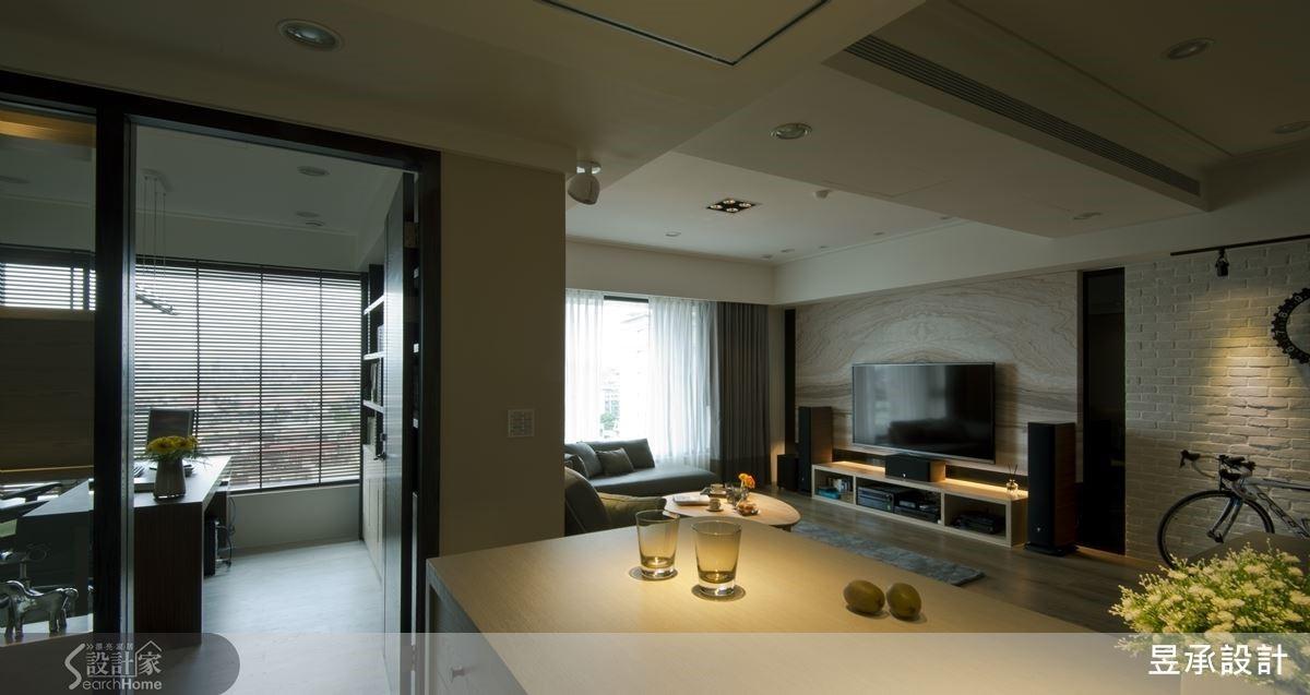 自然光穿窗而入,站在廚房,無論是望向客廳或書房,視線都與光線一樣暢行無阻。