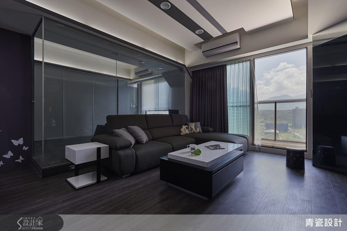 位在淡水的高樓層,視野不受阻,是此屋的優點,在明亮採光下,深色調的空間減輕了重量感,散發出靜謐的氛圍。