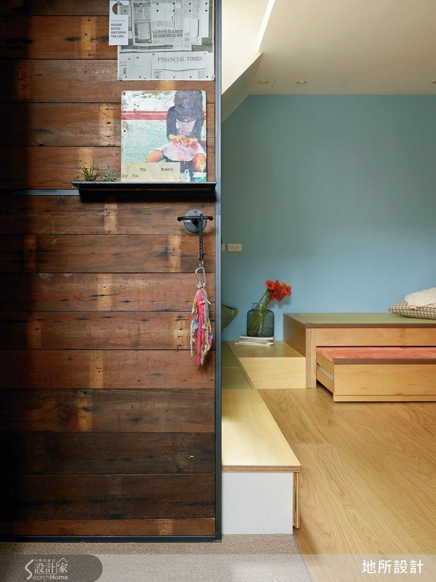 玄關入口以名為姆木的舊實木規劃為隔屏,搭配鐵件訂製的平檯與鑰匙架,給予實用與生活風景的呈現。