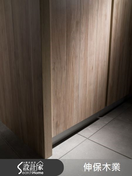 不同紋路如仿木質紋路,再加上不同顏色的搭配,系統板材的樣本花色多達六十種能供顧客選擇。除此之外,板材觸感的細節也十分講究,摸起來都有立體的觸感,就像真的觸摸到真實的木質材質一樣。