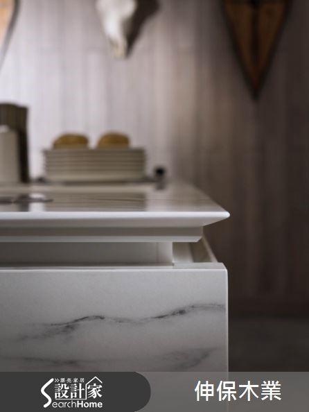 為了達到抗汙的目的,一般的廚房空間大多會以人造石或系統板材取代自然石材,但如果希望廚房能擁有獨一無二的設計,仿大理石紋路的系統板材便是很好的選擇。
