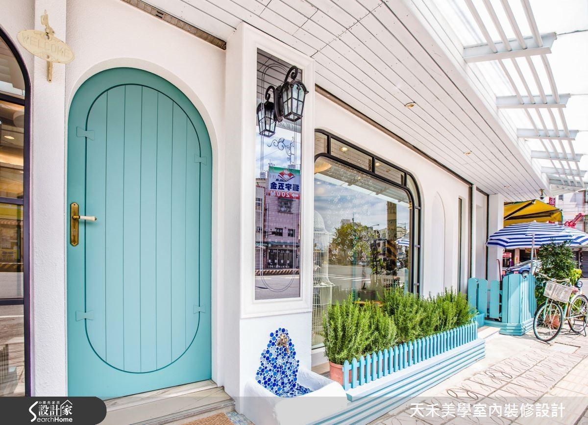 以清爽的蒂芬妮藍打造如童話風的拱型實木門,創造甜美柔和的第一印象。