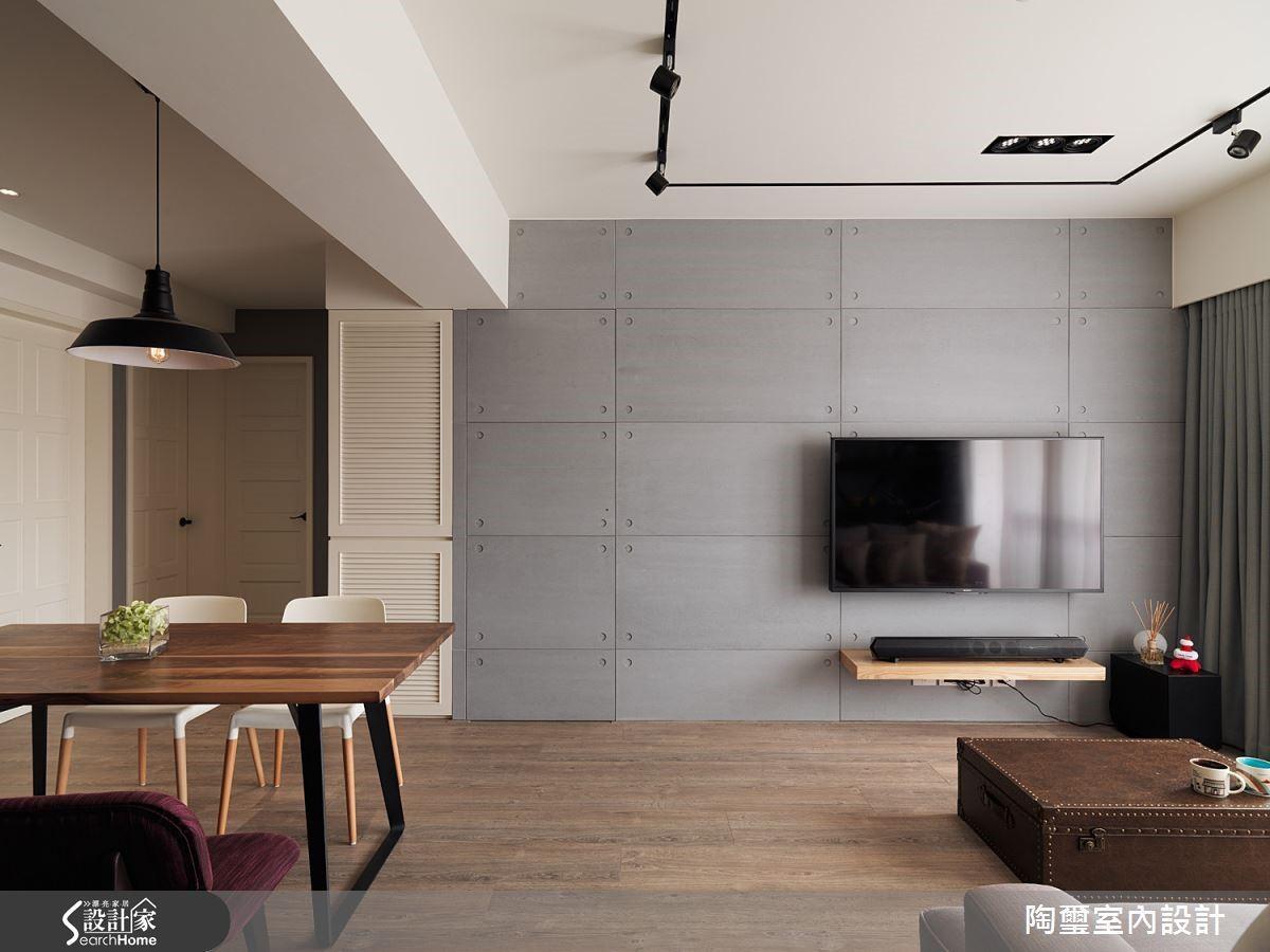 電視牆面以淺灰色水泥板打造而成,簡單俐落勾勒出細膩個性。