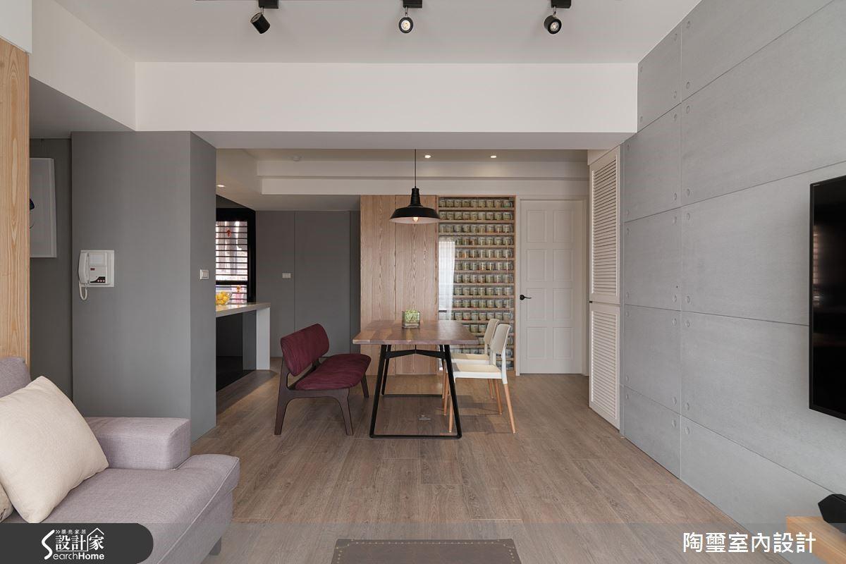 設計師選用超耐磨木地板舖陳整體空間,提升了居家的舒適質感。