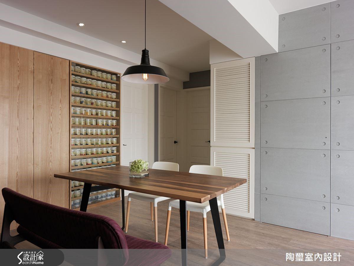 設計師將餐桌旁的櫃體打造為展示櫃與隱藏式收納櫃,藉由原木質感與清玻璃,帶出細緻迷人的美感。