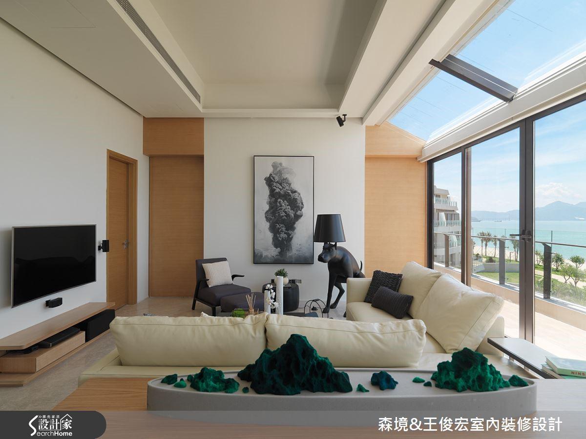 全開放式的公領域,讓室外海景綿延不絕,通往茶堂的門開啟,便使視覺有無限延伸之感。