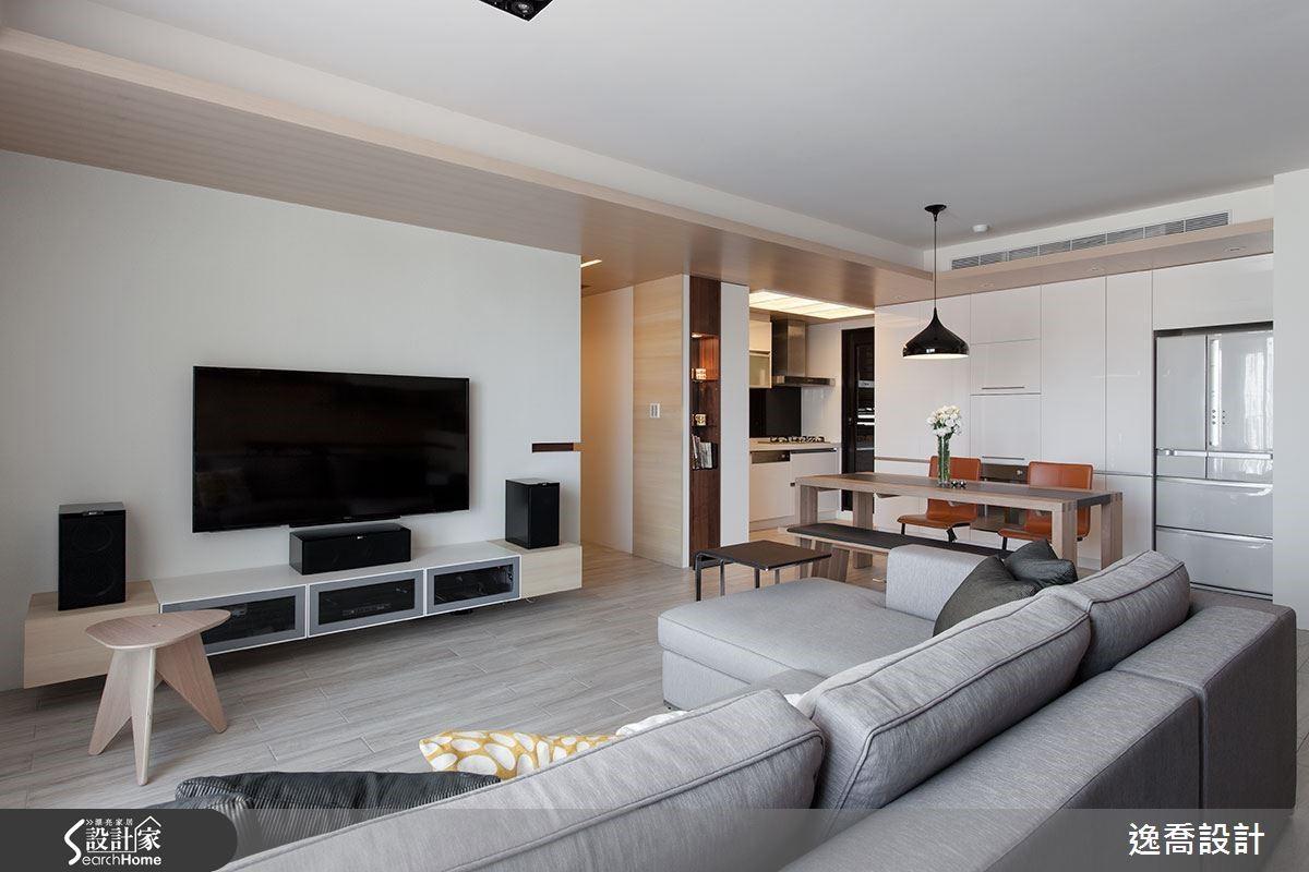 空間內側的廚房原為封閉式設計,改成開放式設計後,視野得到充分延伸,讓空間的寬敞優勢更能彰顯出來。