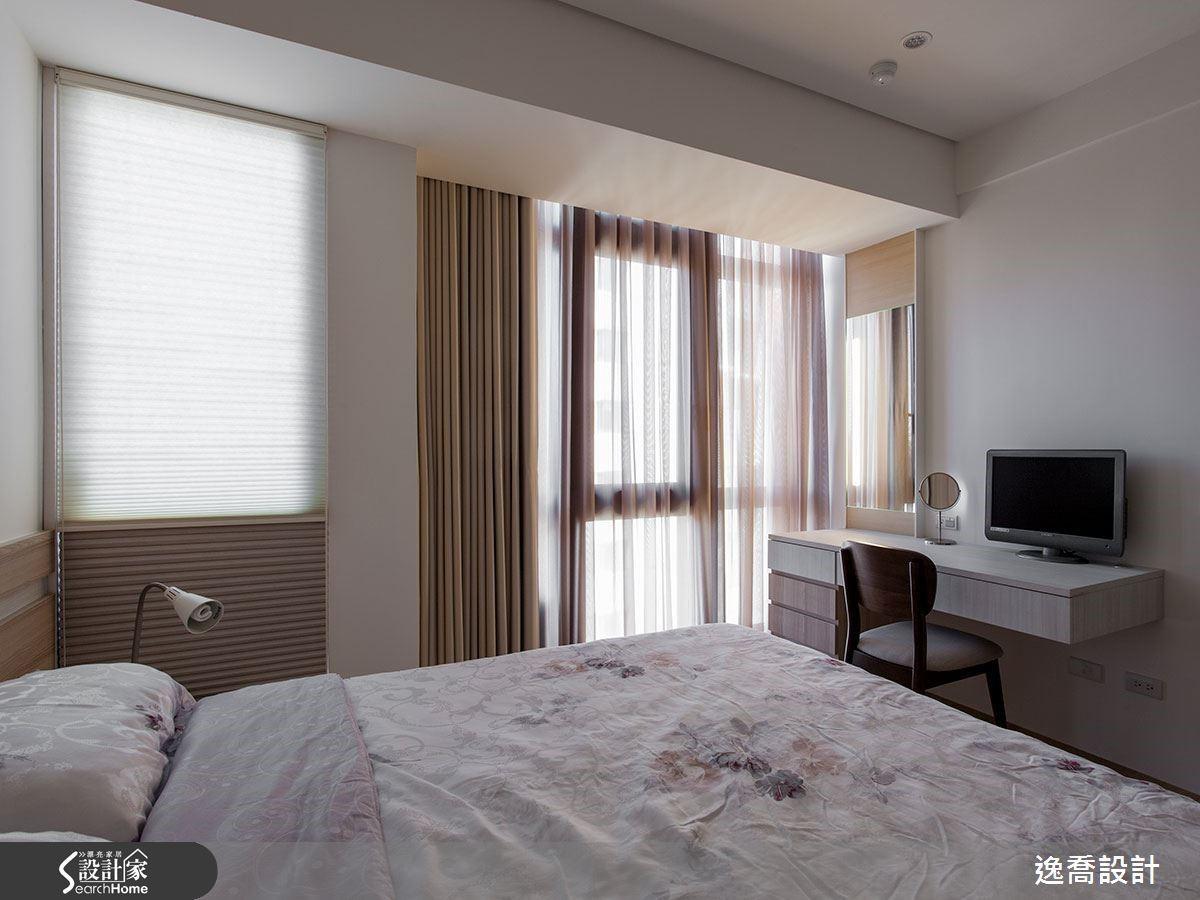 客房床頭旁的窗戶區原本是屬於客廳的部分,在牆面調整後變成客房的採光面之一,整間客房不但變大變寬敞,同時採光也更明亮了呢!