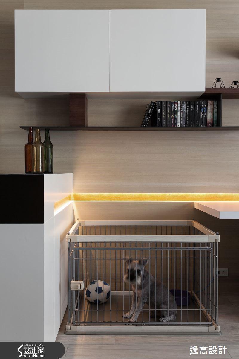 由於屋主夫妻在外工作時間較長,為了不讓愛犬獨自在家面對烏漆抹黑的空間,在舊家時屋主夫妻都會特地留一盞小燈作為照明。因此設計師特別把書房與玄關之間的區域設定為寵物籠放置區,搭配小燈槽設計,不但讓空間更有設計感,也滿足了屋主為寵物保留照明的需求呢!