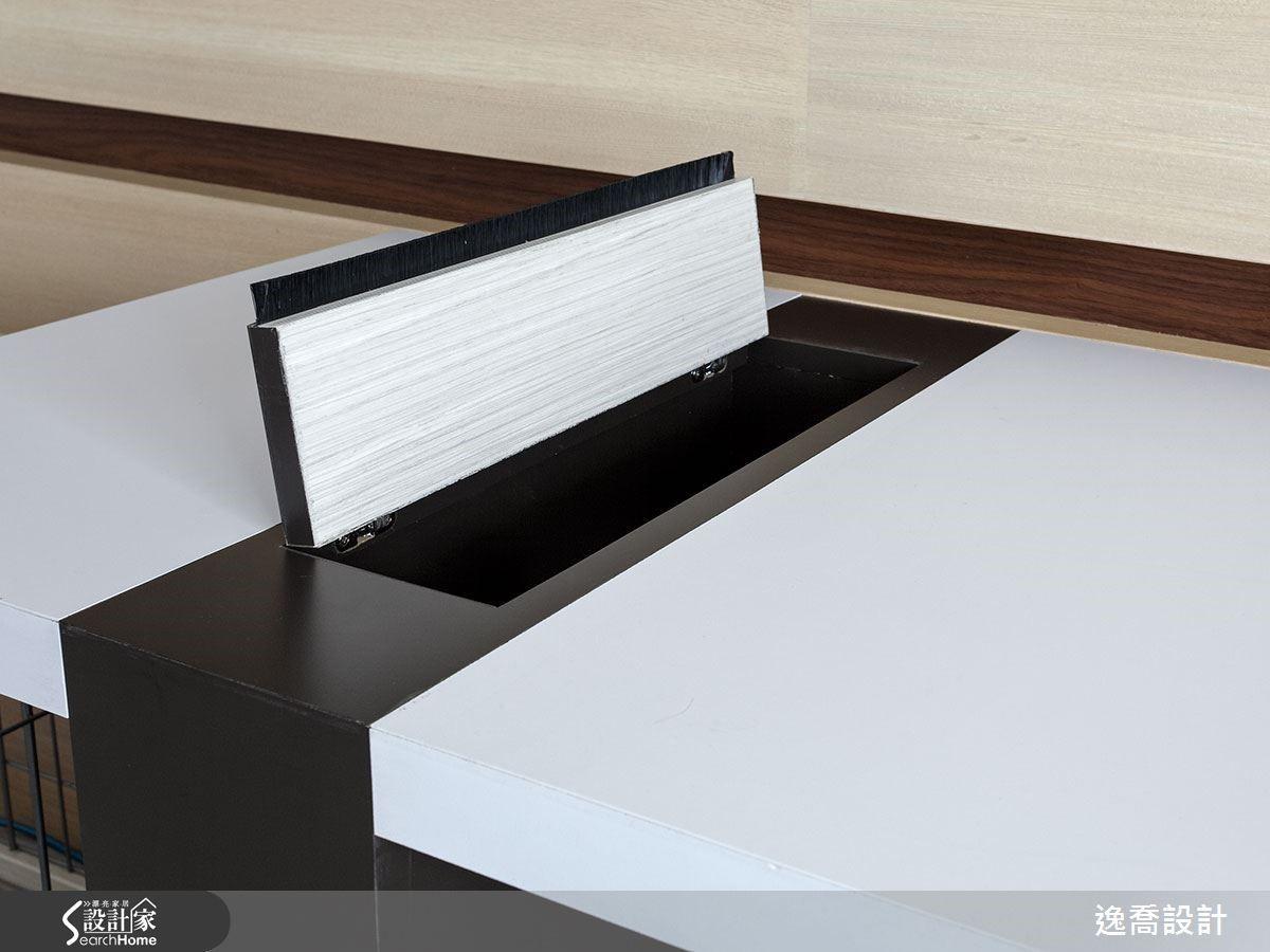 為了讓書桌能與書架層板呼應,設計師加入桌角設計來延伸書桌的長度,同時運用桌腳打造出電器線材收納插座,上方還加入有毛刷條設計的蓋子,讓灰塵不易掉入。