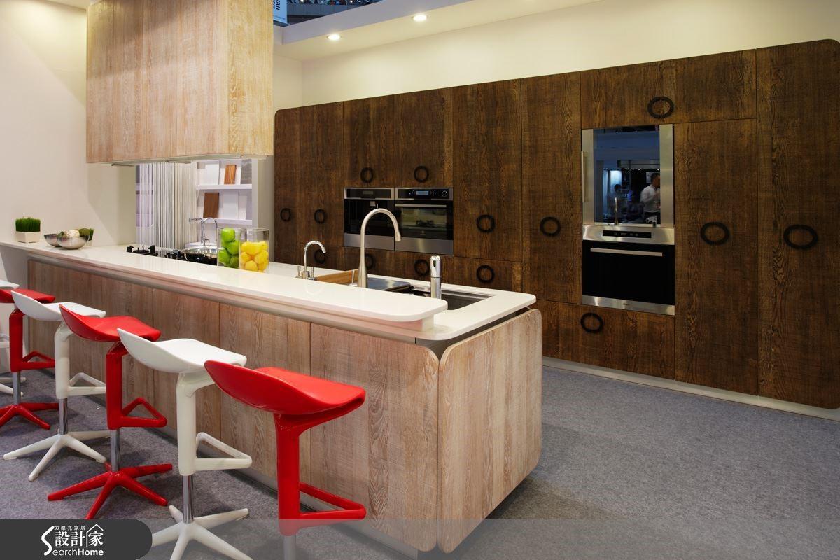 木紋的生命力,溫潤的觸感,滿足使用者對自然的憧憬,廚房空間在便利性與健康安全被滿足之後,更是優雅生活的焦點。圖片提供_智慧廚房、設計家電視
