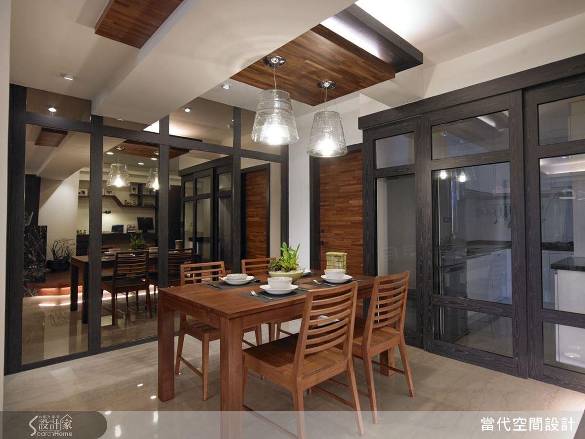 廚房與餐廳之間以清玻璃作為區隔,讓採光也能均勻分布進入廚房內。