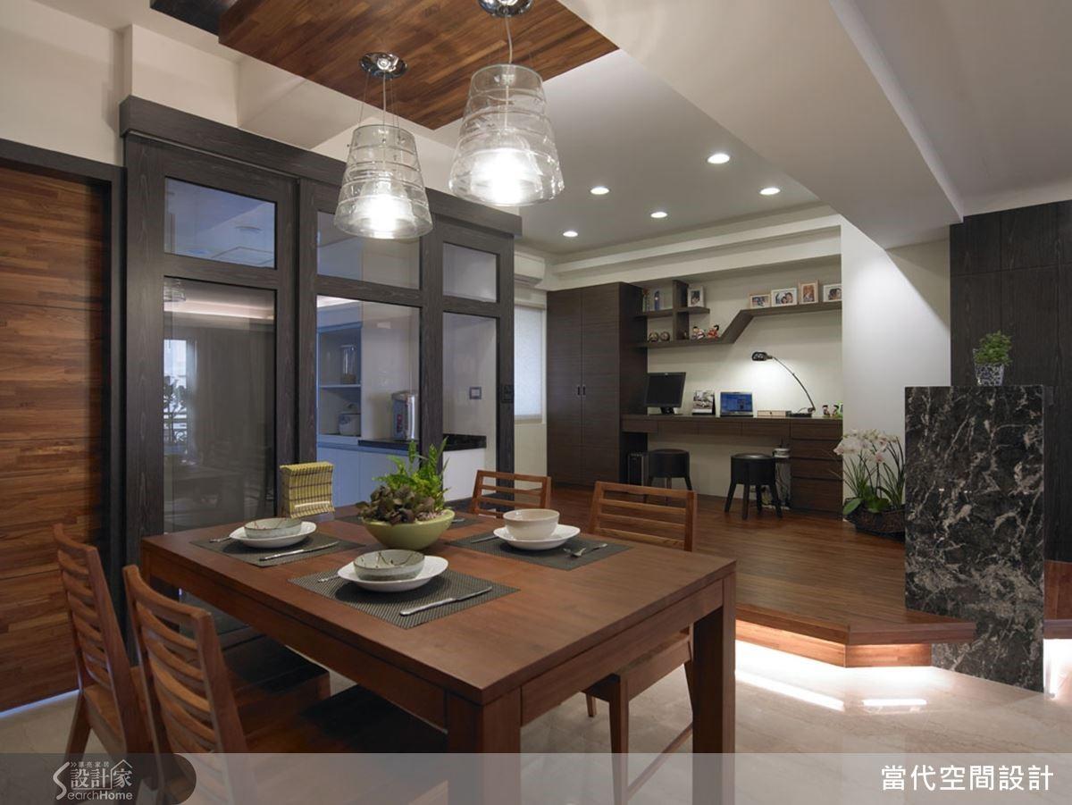 書房架高地板下方加裝了裝飾燈光,營造出溫暖的氛圍。