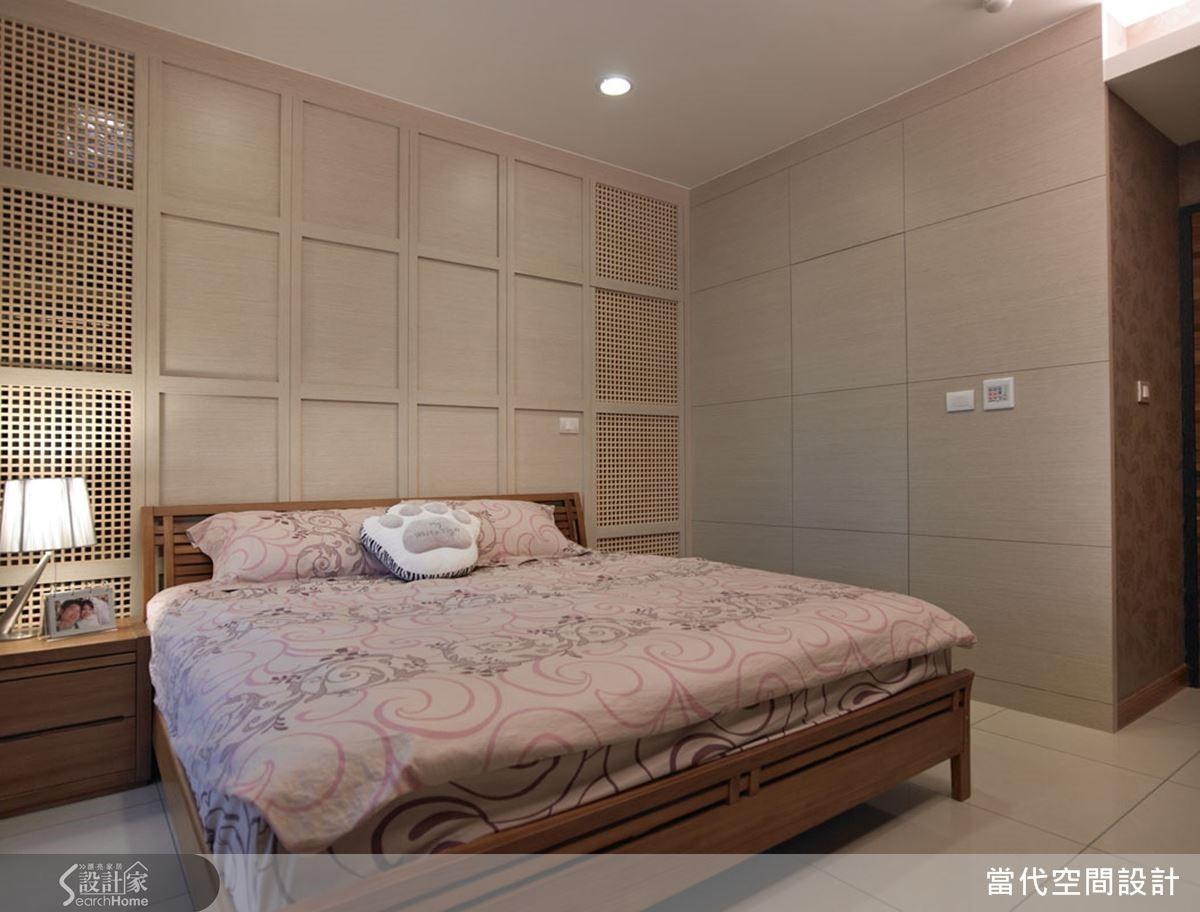 床頭牆面兼具隱藏門片以及讓更衣室通風的效果,可以說是一舉兩得。
