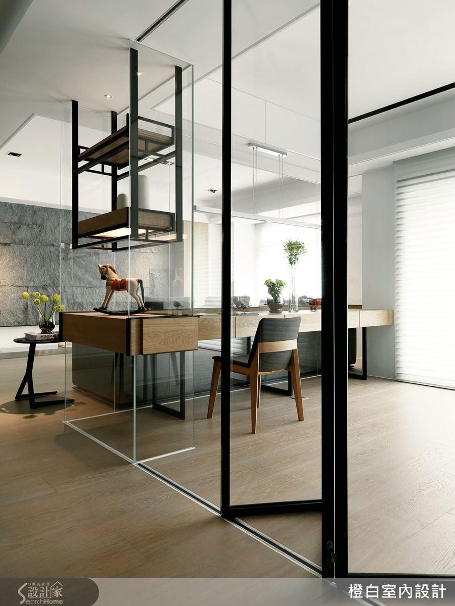 木材質與沉穩的灰色系打造全室50坪大的空間,公共區域以開放式為設計主軸,並運用粗獷卻具有質感的板岩電視牆,為空間聚焦。