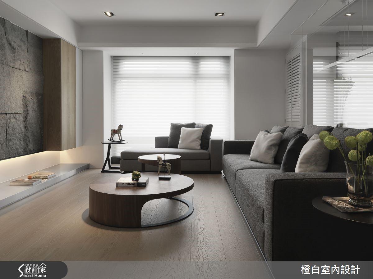 木材質與沉穩的灰色系打造全室 50 坪大的空間,公共區域以開放式為設計主軸,並運用粗獷卻具有質感的板岩電視牆,為空間聚焦。