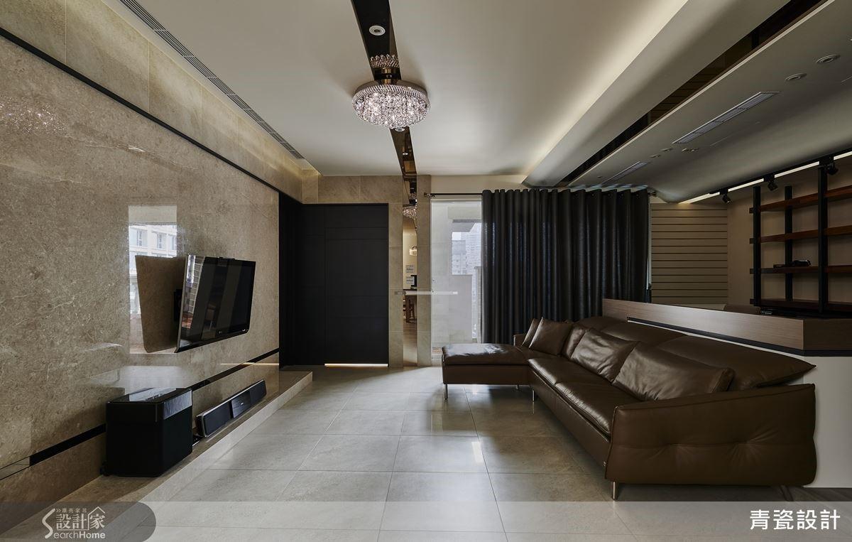 電視牆以大理石材結合磁磚做出大器而有質感的造型,維持公領域的高度與整體感,再以弧形天花包樑隱藏管線,界定沙發後方的書房空間。