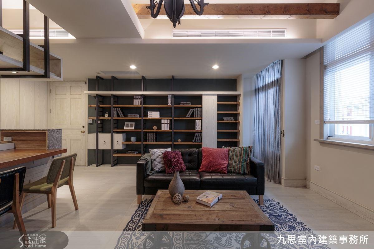 美式風格的整面落地大書櫃也是女主人的夢想度假屋場景之一,設計師將其規劃在沙發後方,以靛青色塗漆作背景,由黑鐵烤漆加上鐵杉組構而成,除了擁有強大的收納機能外,也是居家不可或缺的知性氣質角落。