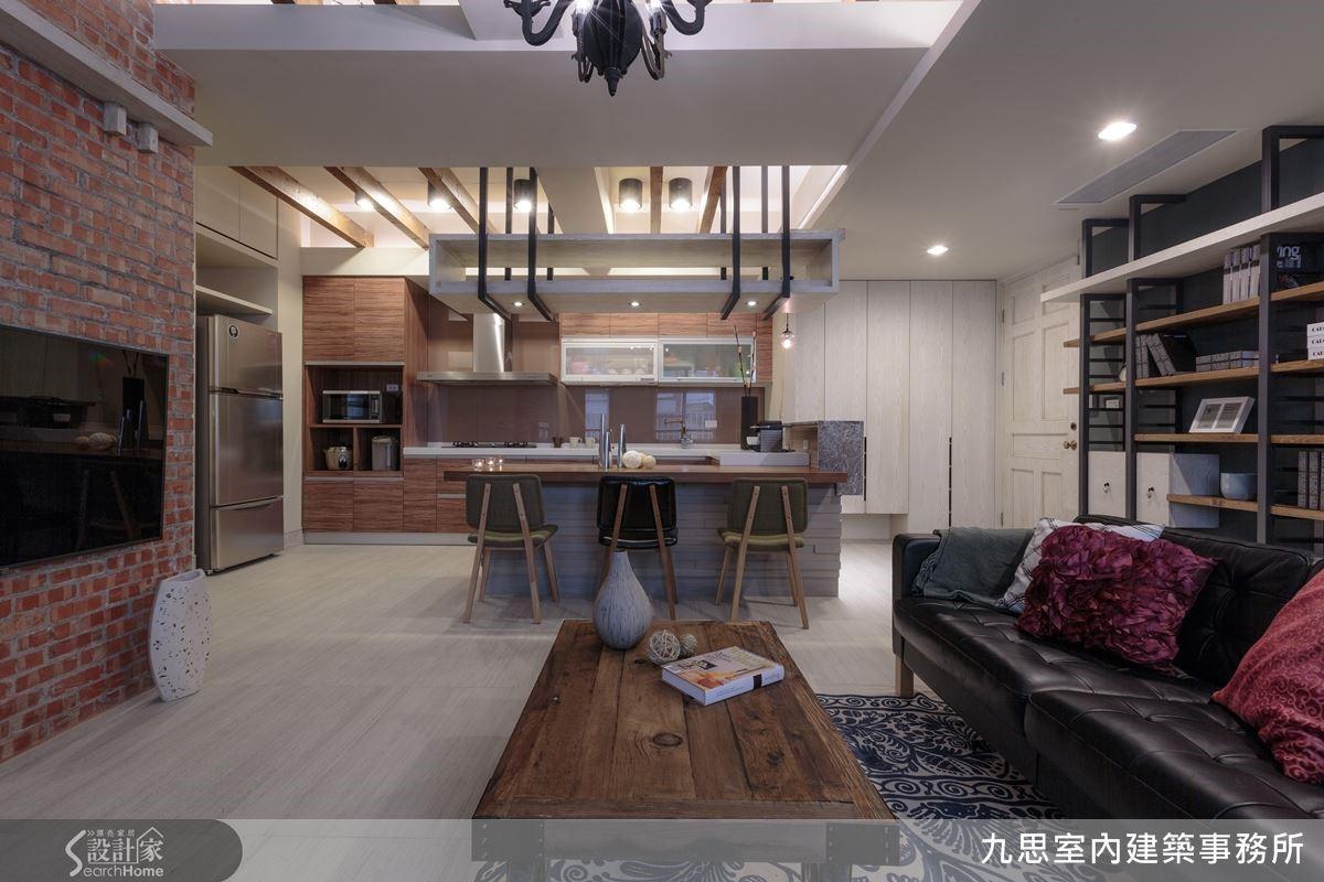 客、餐廳、廚房採開放式設計,令光源與空間感自由共享。天、地、壁鋪陳淡灰色調背景,將紅色裸磚作為電視主牆牆面,搭配木色廚具,用粗獷的自然材質去平衡空間冷調,淡淡令空間低調又不失溫暖,達到空間溫度的平衡,營造沉穩放鬆的紓壓氛圍。