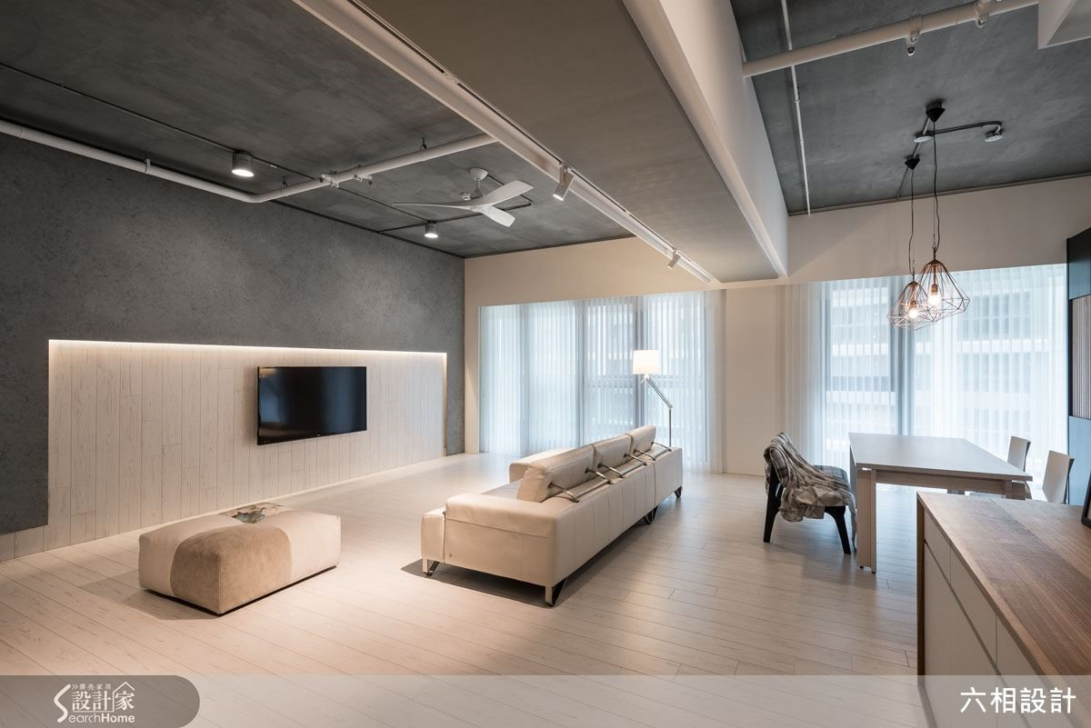 將客廳後方的隔間牆取消,打開空間的同時,也把餐桌機能挪移至此處,讓客廳的整體尺度更加寬闊舒適。