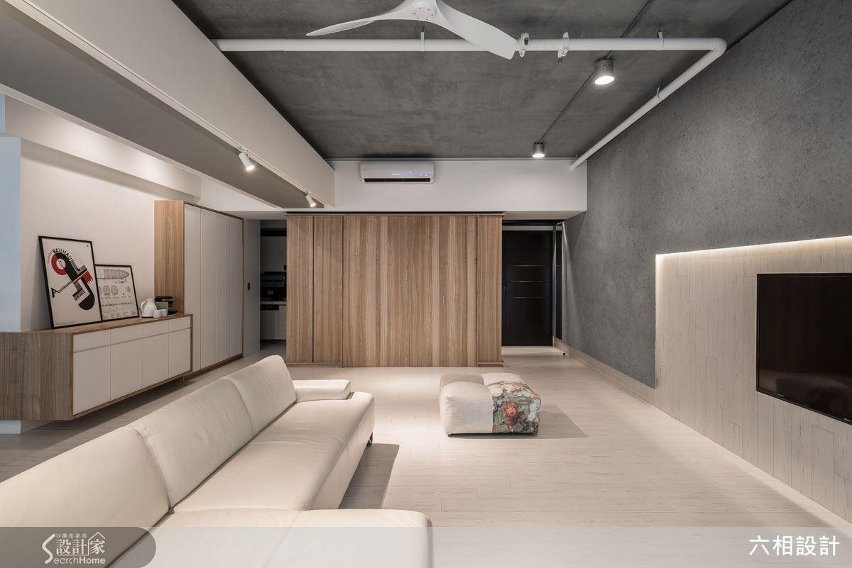 原本餐桌的位置設定於玄關與廚房之間,經挪移至書房區域後,把空間保留給客廳,讓客廳的整體尺度得到更開闊完整的視野感受。
