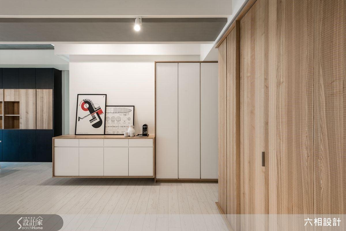 以造型簡約的白色展示櫃作為此處端景平台,讓空間在開闊之中也不顯單調無趣,同時也讓收納機能更加便利實用。