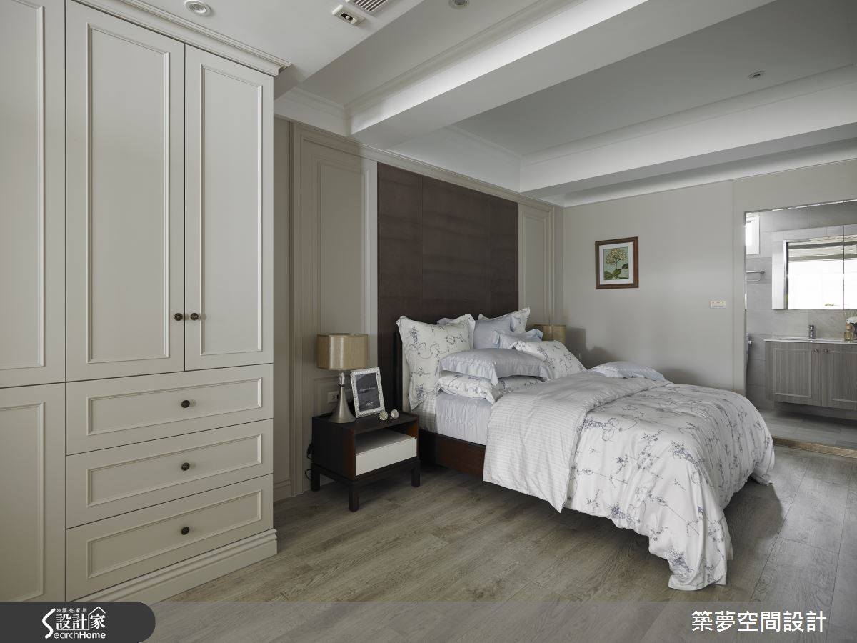 床頭紫絨繃布帶出浪漫氛圍,天花以樑延伸空間高度同時賦予節奏感,使床頭的視線向外,讓狹窄房型有了寬敞通透感受。