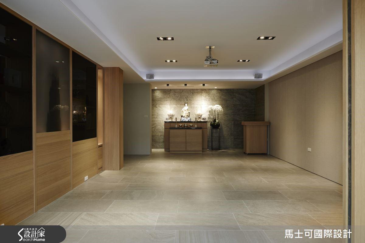 主廳採用片岩為主牆與灰大理石地板描繪寫意山洞般的意象,左右陳列文物藝品陶冶文化美學;牆後方規劃大儲藏室完整收納聚會桌椅。
