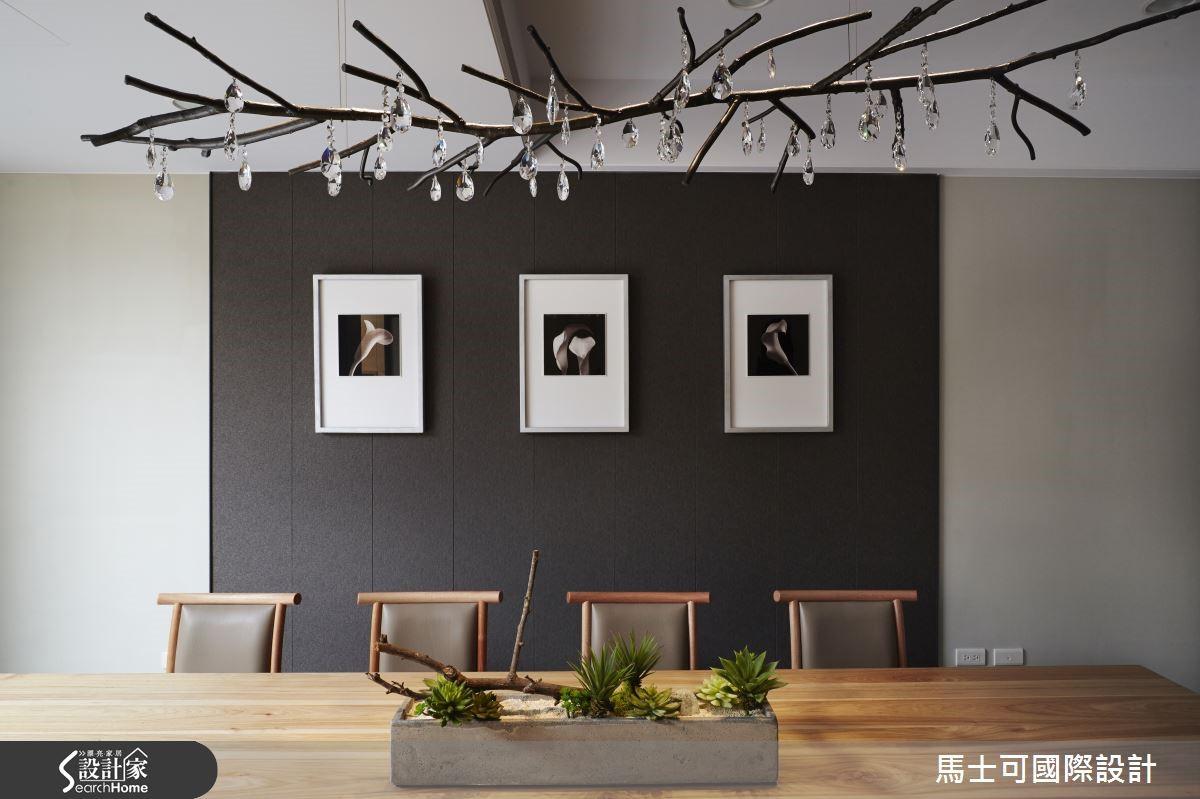 茶塾以玻璃隔間享有庭園盎然生機與寬敞視感,背牆以黑色大理石襯出沉靜莊嚴氛圍。