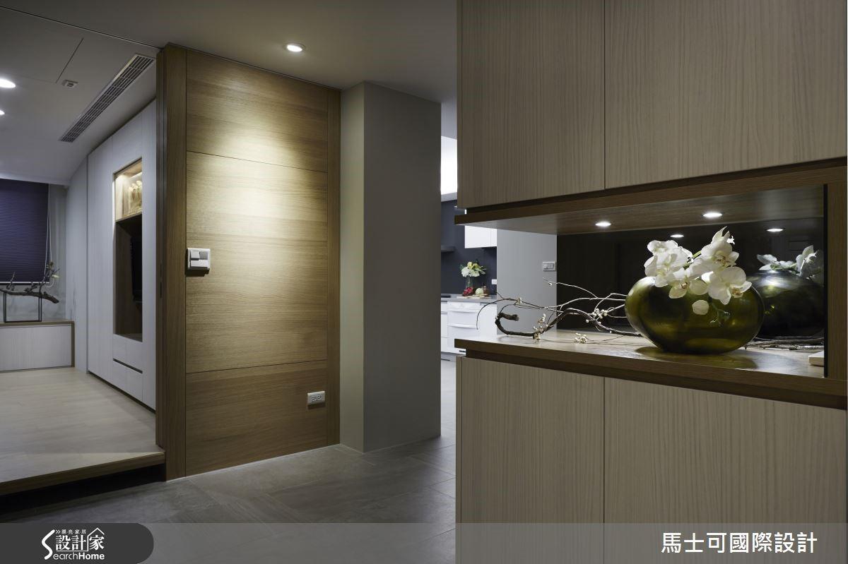 木格柵後,有著縱橫交錯的木紋牆。衛浴空間位於鐵框門後,以木心磚述說人的成長。大和室保留窗景引入自然光,同時成就整體空間的通風與舒適度。