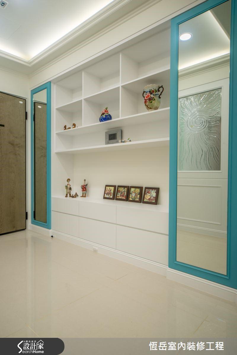 新成屋格局開門室內空間一覽無遺,加上歐式的裝飾玻璃化解開門見廳的風水禁忌。
