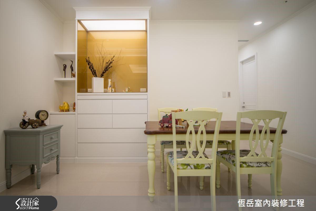 簡化神龕量體依空間訂做,線條切割帶出輕淺的裝飾感。主體色彩選用白色,跳脫以往褐色神龕的色彩。