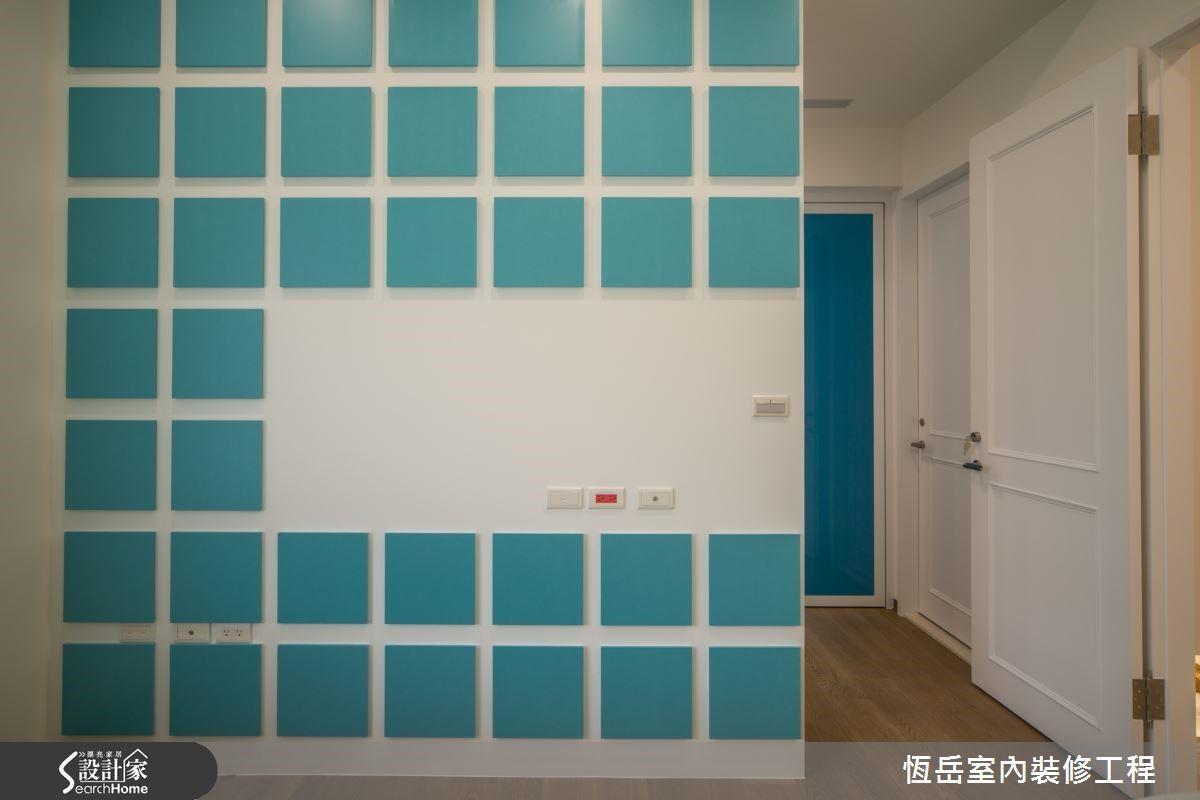格狀電視主牆後方打造夫人專屬的更衣空間。