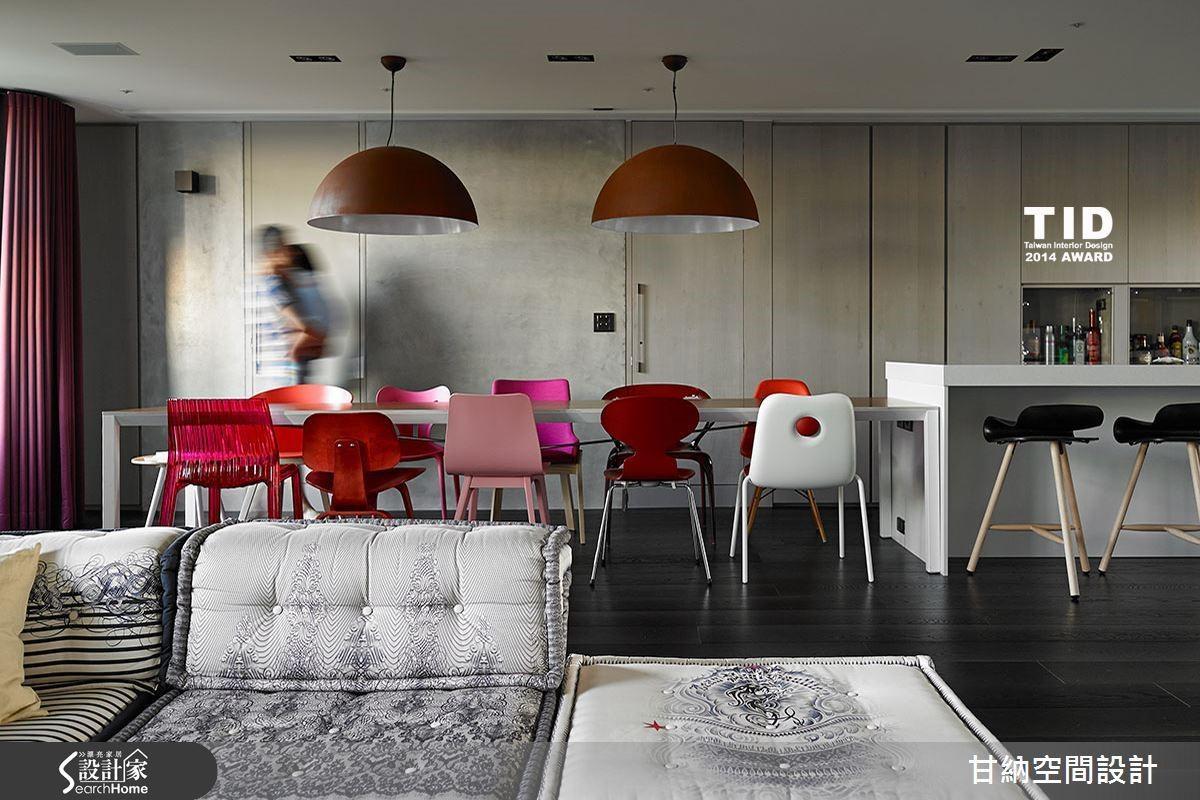 甘納設計的居家作品〈共築 Chorus 〉。不論是色彩或光影的呈現,在甘納的作品中都有一種彷彿像是攝影鏡頭的濾鏡美感──濾除雜質,只留下生活最美的姿態。本案獲 2014 TID 臺灣室內設計、複層居住空間類 TID 獎、12 屆現代國際傳媒年度家居空間入圍獎。