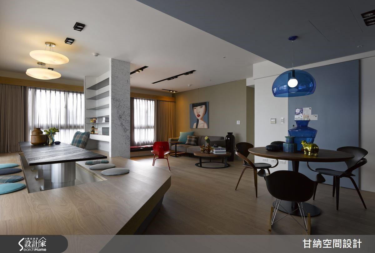 本案原本是四房一廳格局,考量過屋主的居住需求後,設計師將最靠近客廳的一房隔間拆除,以架高地板創造出開放式書房,而弧形的地板線條則讓整個公共區域的動線流暢串聯,讓全家人都很享受在公共區域的放鬆時光。
