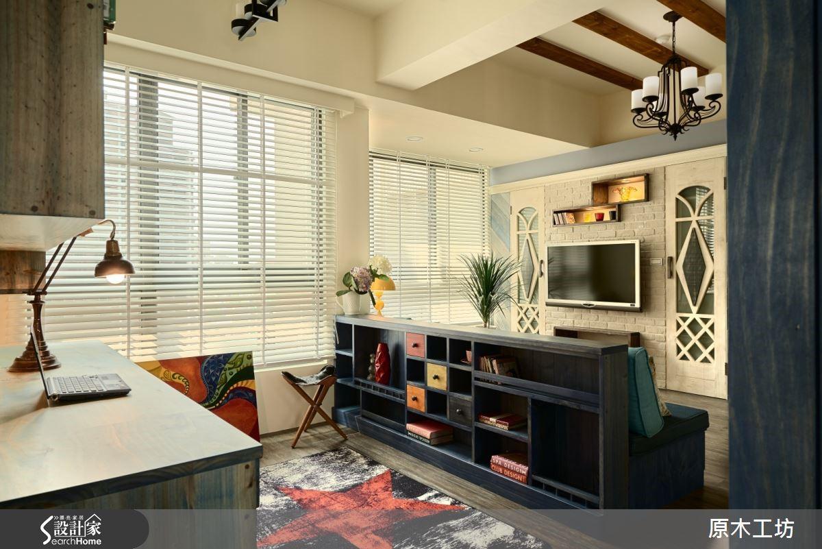 20 坪的療癒風居宅,沙發後方是造型收納矮櫃,同時界定出書房場域。