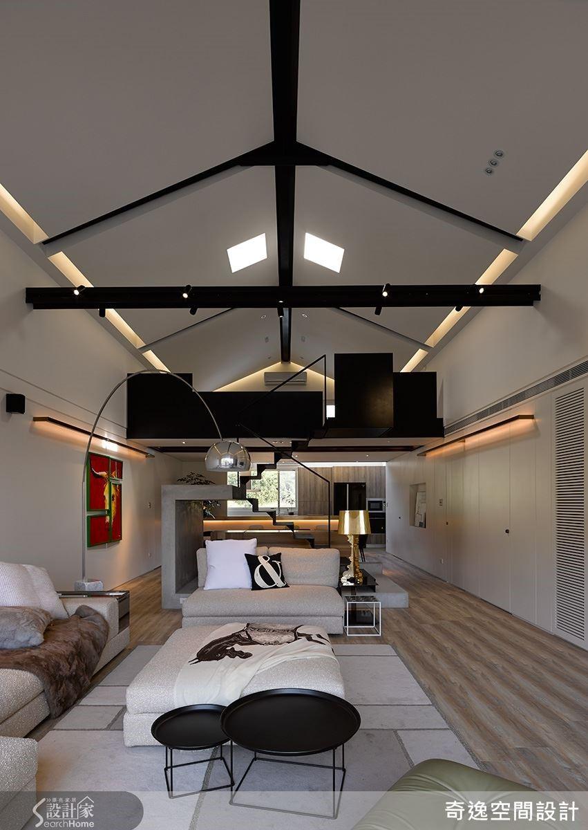 挑高將近 5 公尺的樓高,利用黑色的工字鋼構與小閣樓的鐵板樓梯,成為白色空間裡的焦點,平行的間接光導引視線延伸,虛化了空間的狹長感。