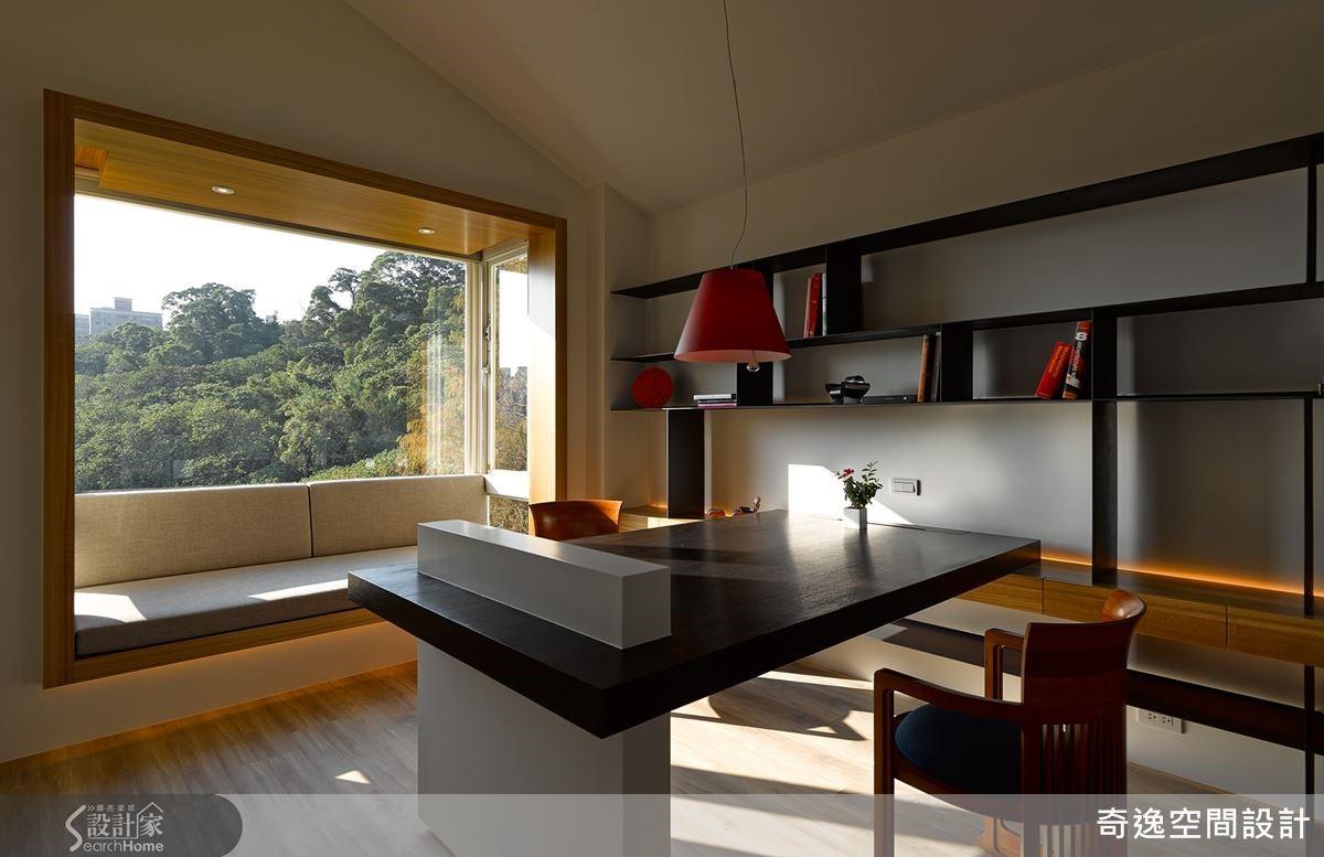 更改窗戶位置,迎入自然光做成舒適臥榻,坐擁陽光書房,有大片窗外的四季美景相伴。